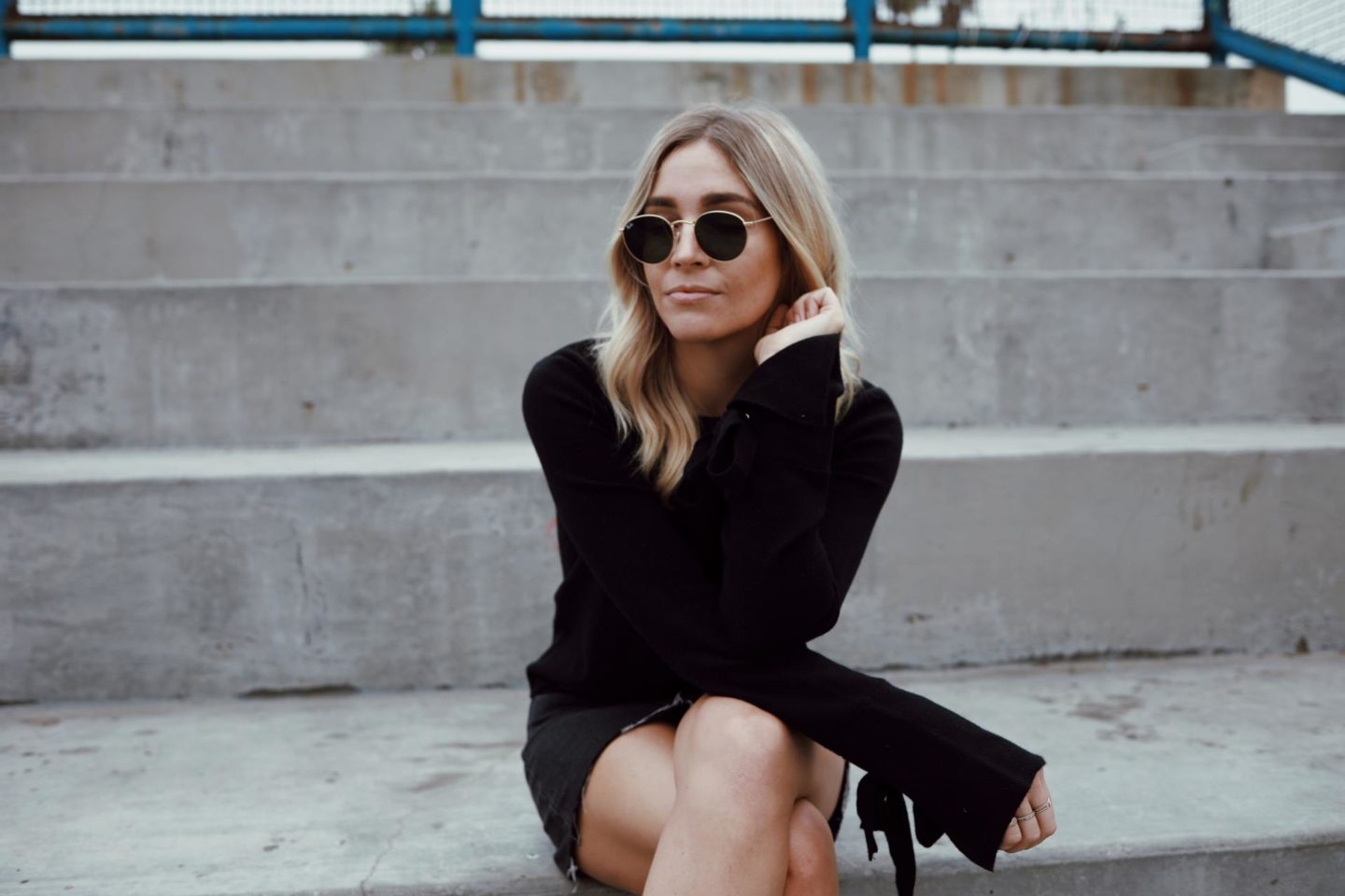 blogger in all black outfit